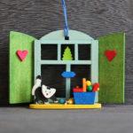 オーナメント クリスマスの窓型 ねことおもちゃ箱